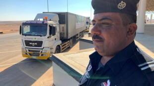 Un camion avec de l'aide humanitaire de l'Arabie saoudite gagne l'Irak, après la réouverture de la frontière entre les deux pays, à Arar, le 18 novembre 2020.