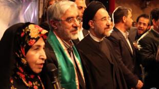 خاتمی در کنار موسوی و رهنورد