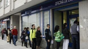 File d'attente devant une agence espagnole pour l'emploi à Pontevedra, en Galice.