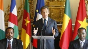 13 juillet 2010. Palais de l'Elysée, Paris.  Nicolas Sarkozy, entre Paul Biya (g.) et Idriss Deby (d;)