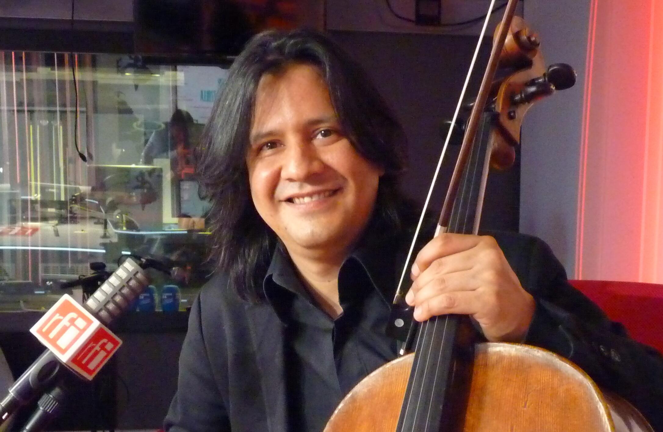 El violoncelista Claudio Bohórquez en RFI