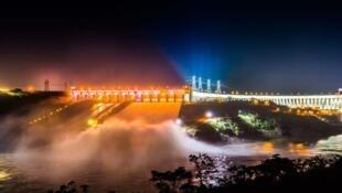 A barragem de Itaipu, coadministrada com o Paraguai, é uma das hidrelétricas da Eletrobras.