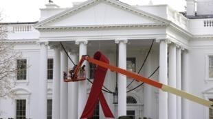 美国白宫门前11月30日安置象征与艾滋病斗争的巨型红丝带
