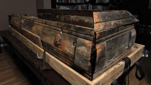 Le cercueil de Lee Harvey Oswald exposé à la maison de vente aux enchères Nate D. Sanders, à Brentwood, en Californie, le 14 décembre 2010.