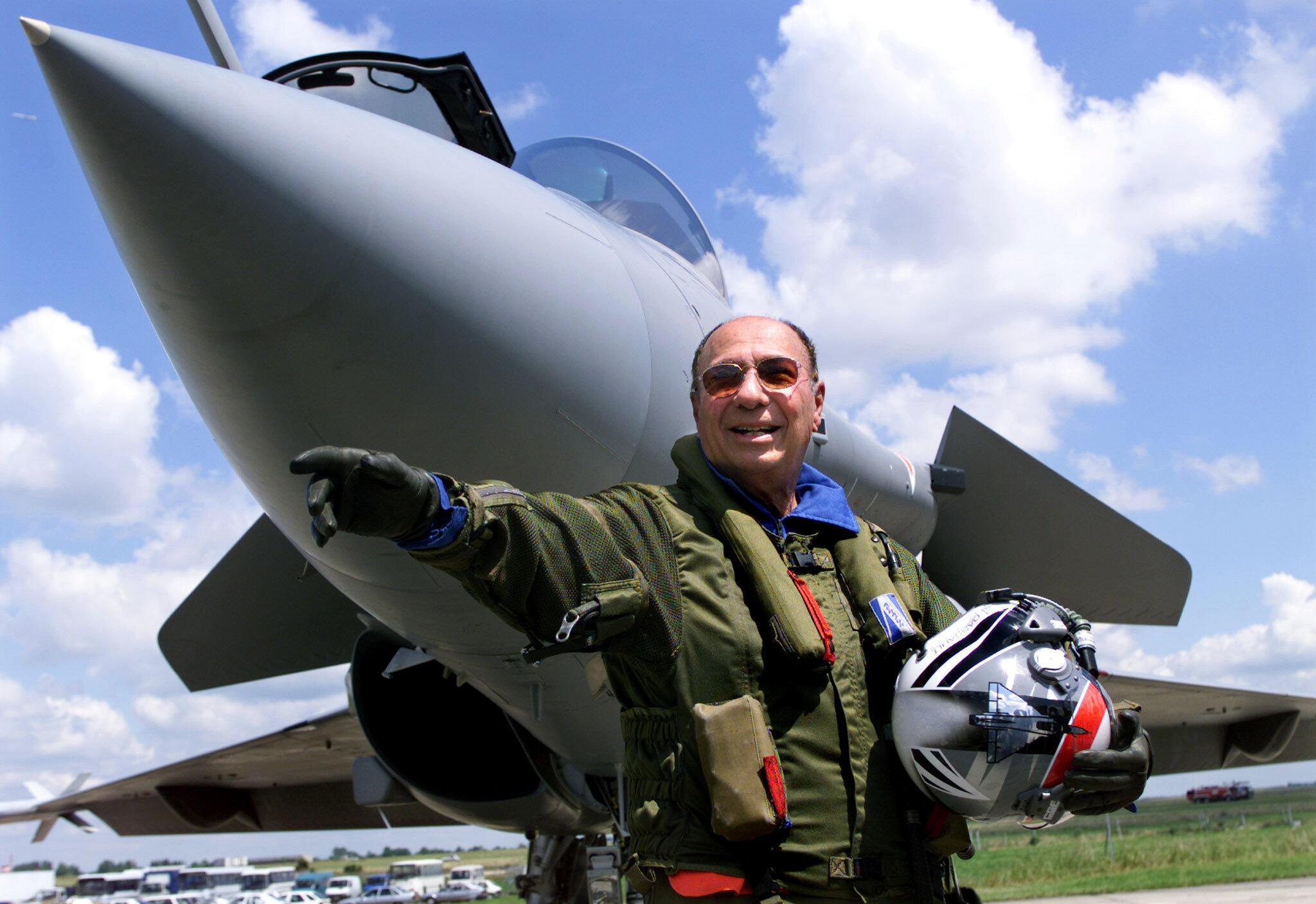 سرژ داسو، در کنار یک هواپیمای «رافال» ساخت گروه داسو - ١١ ژوئن ١٩٩٩