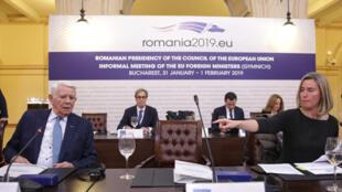 La cheffe de la diplomatie européenne Federica Mogherini, aux côtés du ministre des Affaires étrangères roumain Teodor Melescanu pendant la réunion des ministres des Affaires étrangères de l'UE à Bucarest, ce jeudi 31 janvier 2019.