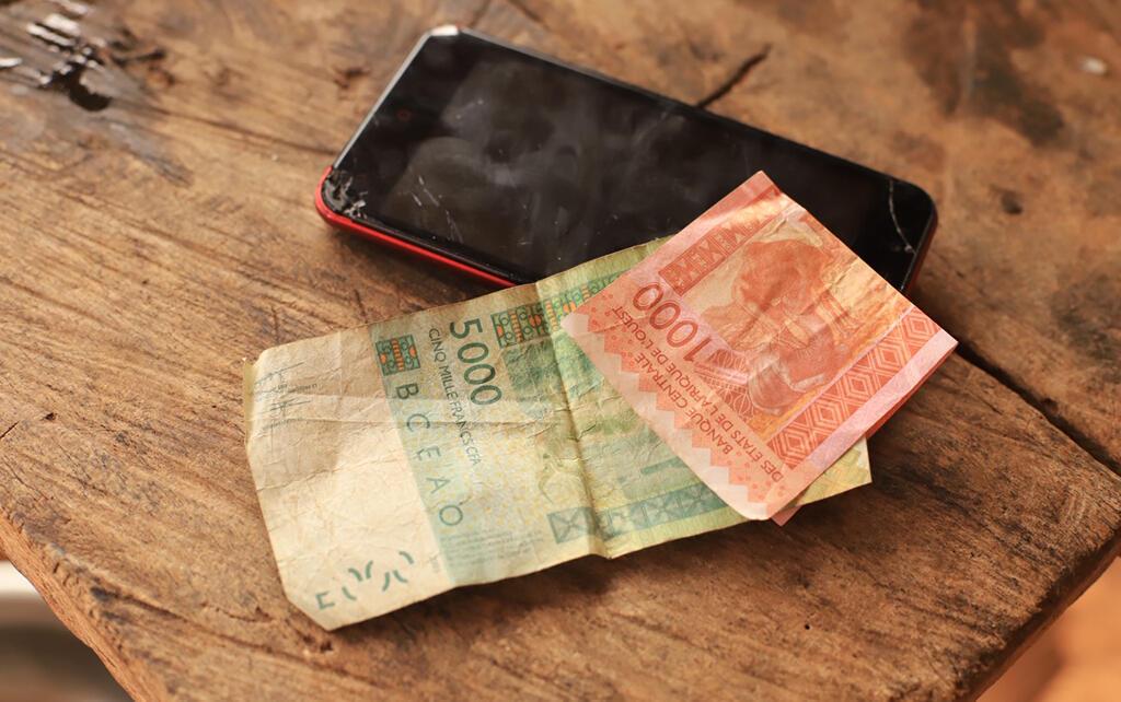 Đồng 5000 và 1000 Franc CFA lưu hành tại Tây Phi.