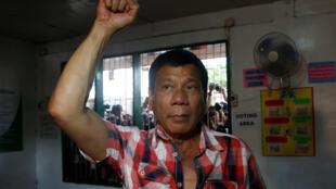 Le candidat Rodrigo Duterte dans un bureau de vote de Davao, la ville dont il est le maire, située dans le sud des Philippines, ce lundi 9 mai 2016.