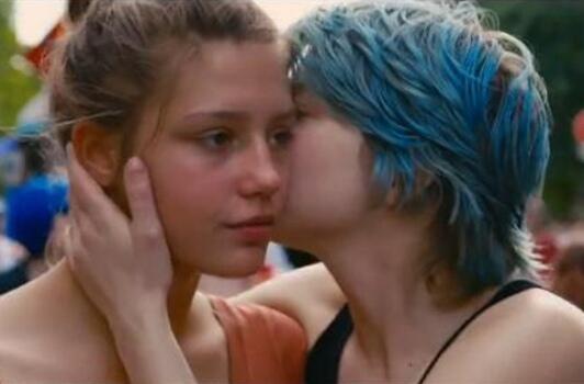 """Adèle Exarchopoulos (à esq.) e Léa Seydoux em cena do filme """"La vie d'Adèle""""."""