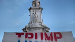Un afiche a favor del presidente Donald Trump se ve cerca de una estatua en el Capitolio, el 7 de enero de 2021 en Washington, DC
