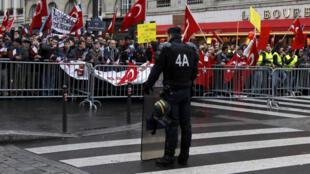 Manifestantes franco-turcos frente a la Asamblea nacional el 22 de diciembre de 2011.