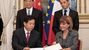 Areva boss Anne Lauvergeon (R) and CGNPC's He Yu sign a concract with their presidents looking on