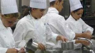 Учащиеся парижской школы ресторанного и гостиничного дела