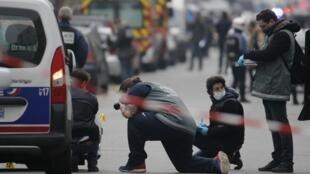 Des enquêteurs de la police examinent un impact de balle sur un véhicule près du siège de «Charlie Hebdo», le 7 janvier 2015.