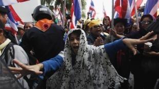 Manifestantes anti-governo entram em conflito contra forças policiais na capital tailandesa, nesta segunda-feira, 23 de dezembro de 2013.