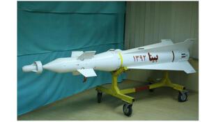 """نسل جدید موشک بالستیک برد بلند بنام """"بینا"""" که دوشنبه ۲۱ بهمن با حضور وزیر دفاع رونمایی شد."""