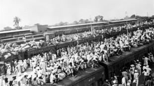 Des réfugiés musulmans essayant par tous les moyens de rejoindre le Pakistan lors de l'exode en 1947.