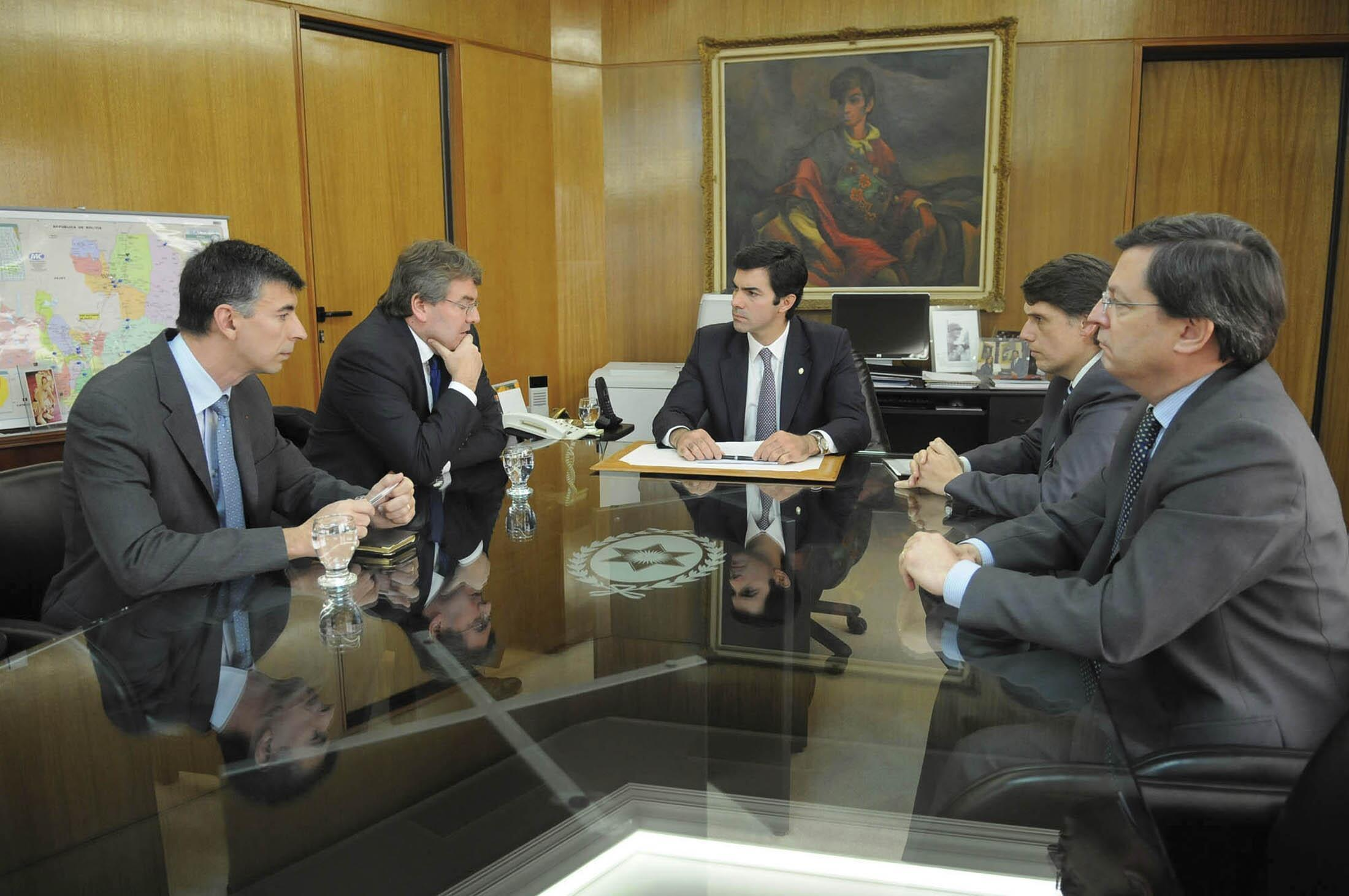 French Consul in Argentina Patrick Flot  (2nd L) meets Salta governor Juan Manuel Uturbey (C )on Monday)