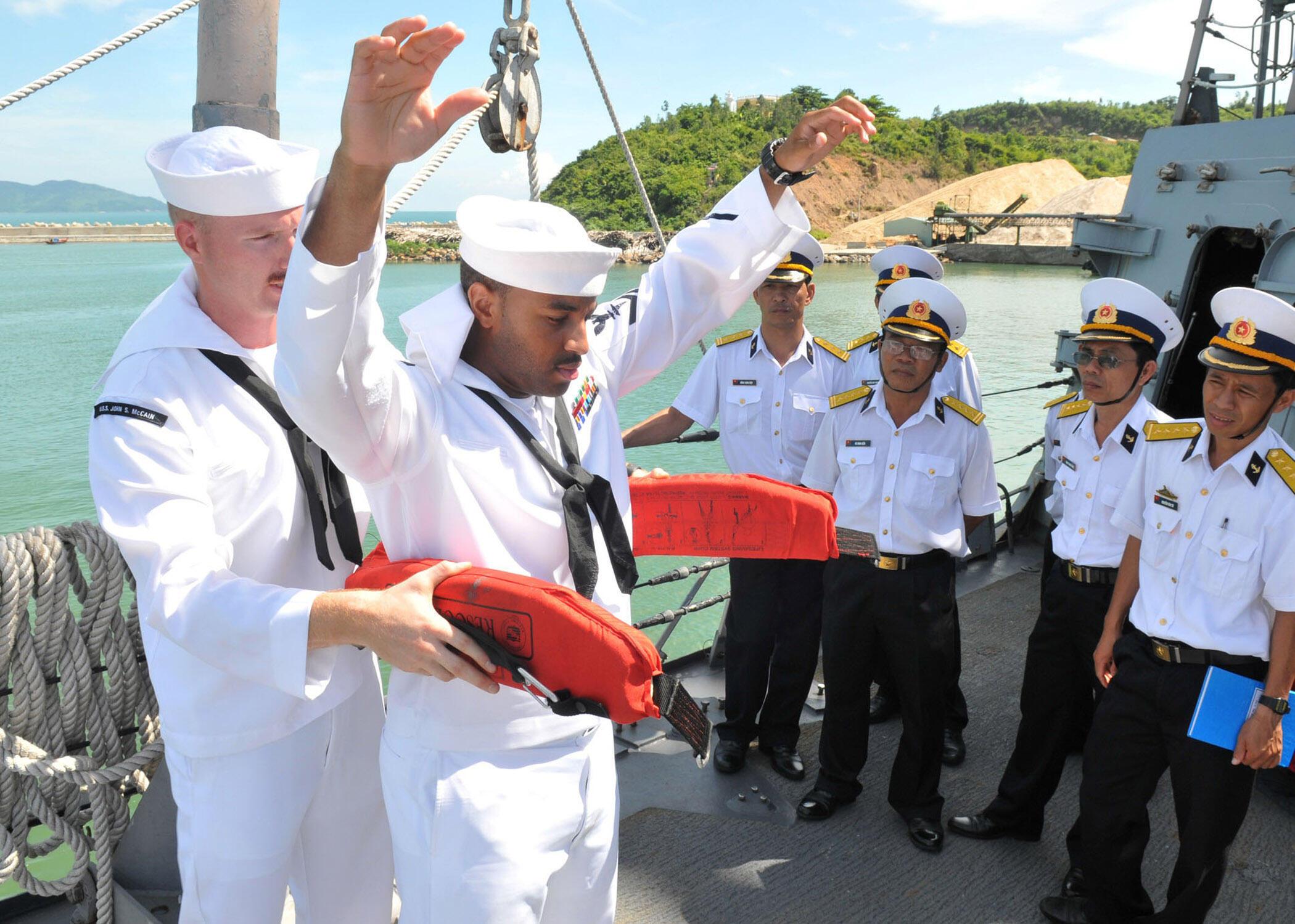 Thủy thủ Mỹ trên chiến hạm USS John S. McCain hướng dẫn kỹ thuật cứu nạn cho Hải quân Việt Nam. Ảnh chụp ngày 11/08/2010.