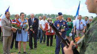 La petite-fille du pilote Jean Tulasne dépose une gerbe sur le monument à la mémoire de son grand-père, en présence de nombreux Russes.