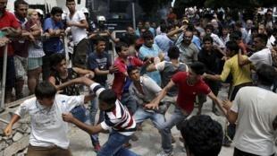Riñas de migrantes pakistaníes, iraníes y afganos en la cola para el registro,  frente a la policía de Kos, 15 de agosto de 2015.