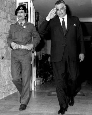 Mouammar Kadhafi aux côtés de Gamal Abdel Nasser, en 1969.