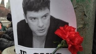 Une rose soutient l'effigie de Boris Nemtsov, à l'endroit où l'opposant russe a été abattu, dans la nuit du vendredi 27 au samedi 28 février 2015.