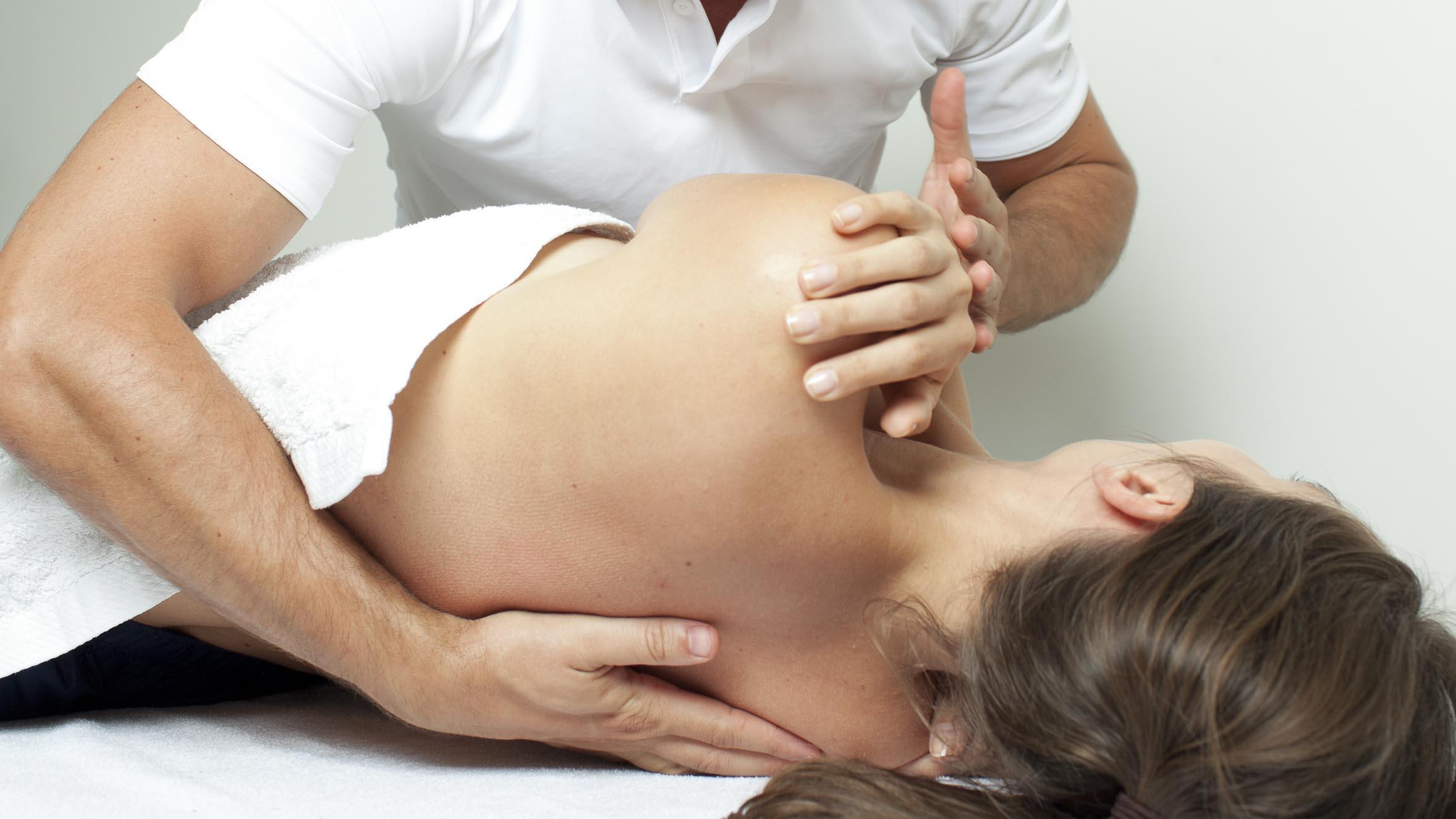 La osteopatía puede aliviar algunos dolores de espalda, es una técnica suave que busca restaurar la movilidad del cuerpo.