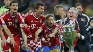 Wachezaji wa Bayern Munich sambamba na kocha Jupp Heynckes wakishangilia kombe walilonyakua katika mechi yao
