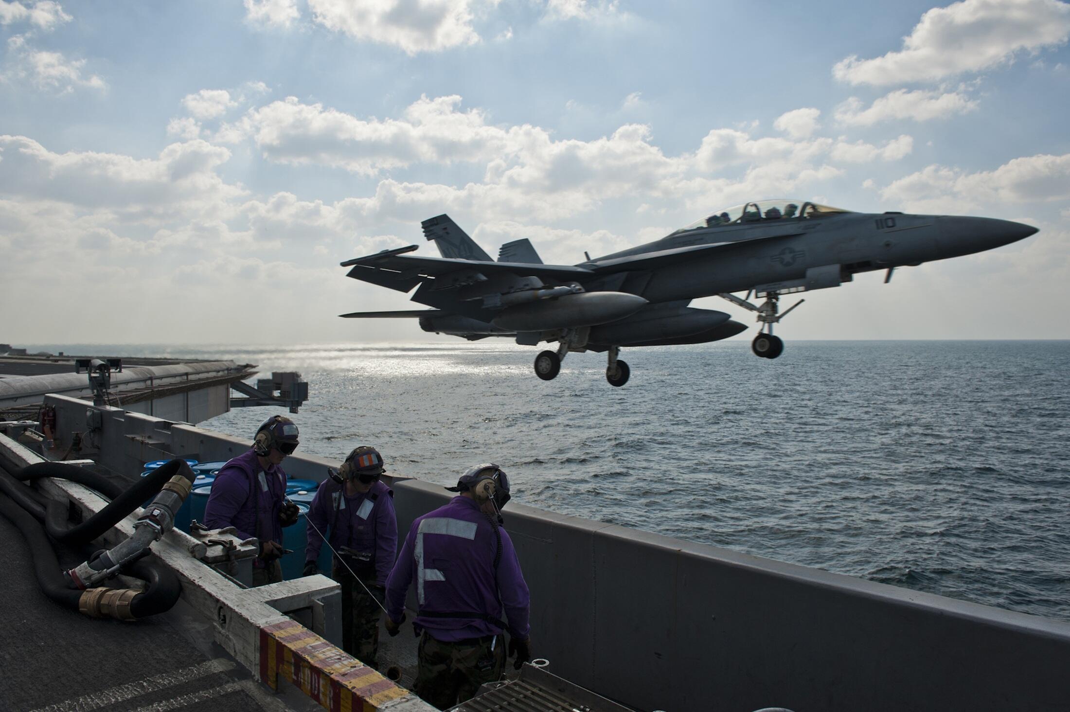 Tiêm kích F/A-18F cất cánh từ hàng không mẫu hạmUSS John C.Stennis trong cuộc tập trận cuối tháng 11/2011 tại vùng Vịnh