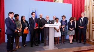 Le Premier ministre Bernard Cazeneuve, entouré de 11 ministres après la réunion sur la Guyane de ce lundi 3 avril 2017.