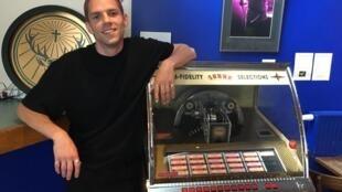Hervé remet des pièces dans le jukebox de La Maroquinerie, à Paris, où il se produira en septembre.