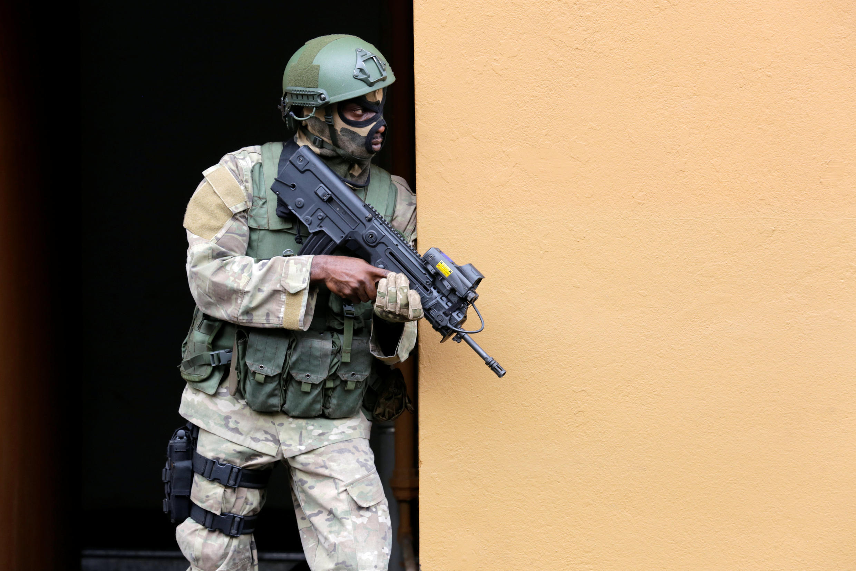 Un soldat des forces spéciales participe ici à des exercices militaires de sauvetage, à Abidjan, le 22 septembre 2017.