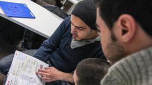 Comme chaque semaine depuis plusieurs mois, des réfugiés syriens et des francophones se retrouvent dans les locaux de l'Inalco.