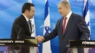 危地马拉总统莫拉莱斯(左)与以色列总理内塔尼亚胡(右) 2016 11月28日耶路撒冷以总理办公室