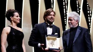 """Đạo diễn Thụy Điển Ruben Ostlund (G) nhận giải thưởng Cành Cọ Vàng cho phim """"The Square"""", Cannes, Pháp, ngày 28/05/2017."""