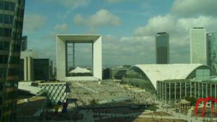 Le Parvis de La Défense avec la Grande Arche et le CNIT.