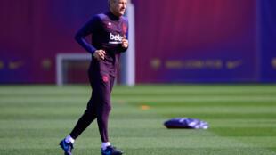 Quique Setién corre durante un entrenamiento en la ciudad deportiva del FC Barcelona el 29 de febrero de 2020, víspera del clásico liguero contra el Real Madrid