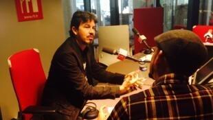 Cantor e compositor Siba (e) conversa com repórter Gabriel Rocha Gaspar, nos estúdios da RFI