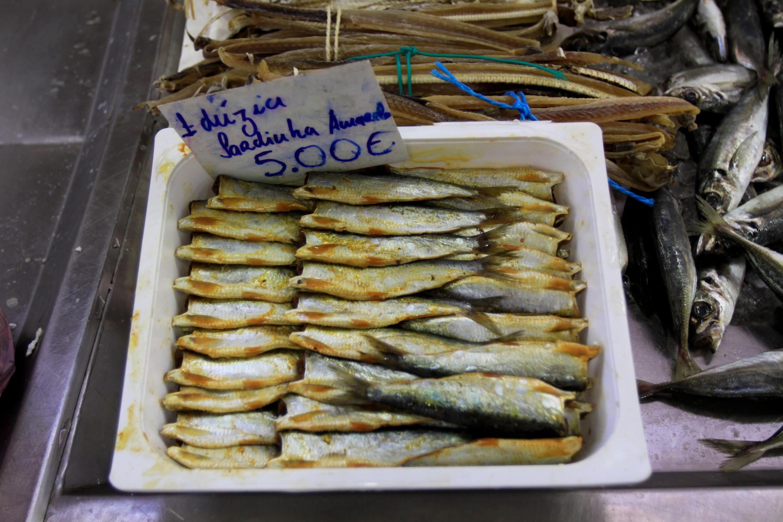 Sardines sur le marché d'Olhão, le plus grand port de pêche de l'Algarve, dans le sud du Portugal.