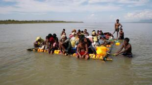 Refugiados rohinyás cruzan el río Naf, la frontera entre Bangladés y Birmania, en una balsa improvisada el 11 de noviembre de 2017.