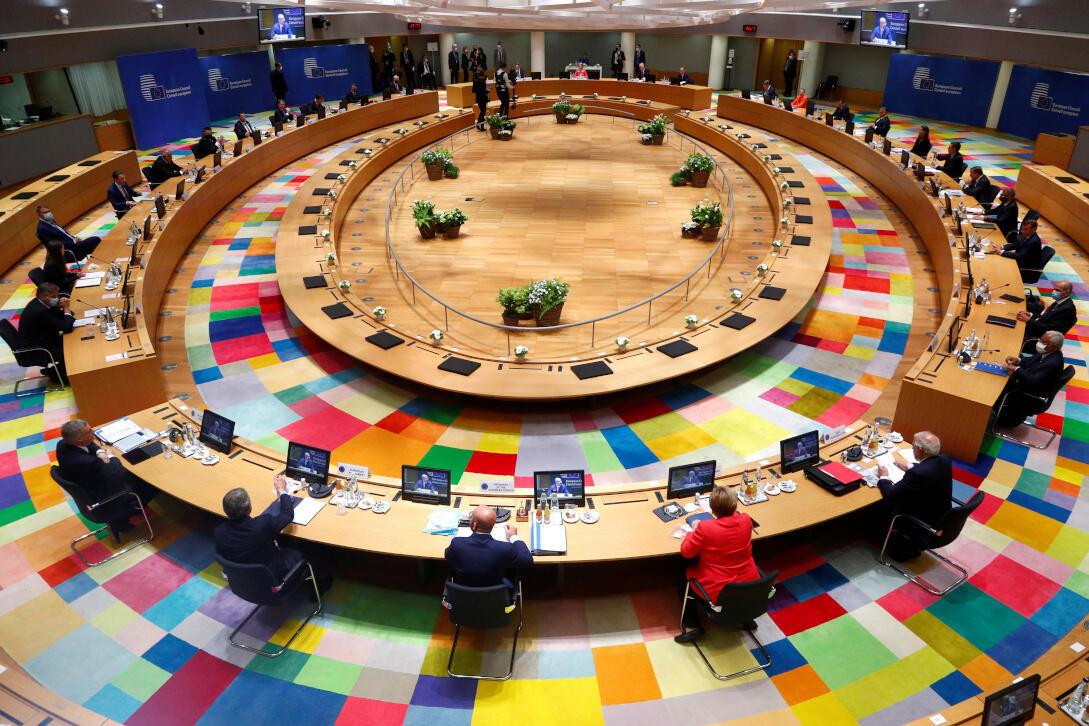 Les dirigeants de l'Union européenne participent au premier sommet européen face à face depuis l'épidémie de coronavirus (Covid-19), à Bruxelles, Belgique, le 17 juillet 2020.