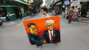 Nhiều người dân Hà Nội tin tưởng vào thành công của thượng đỉnh Mỹ-Bắc Triều Tiên. Trong ảnh, một người mang bức tranh sơn dầu vẽ Donald Trump (P) và Kim Jong Un, Hà Nội, 27/02/2019.