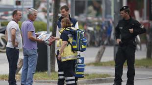 Homem em busca de informações sobre um familiar no local do ataque.