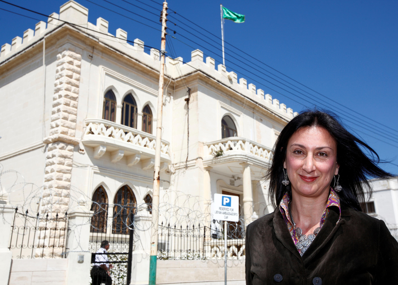 Daphne Caruana devant l'ambassade de Libye, à Malte en 2011.