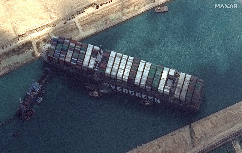 تصویر ماهوارهای از کشتی باری اورگیون که میسر عبور و مرور کانال سوئز را مسدود کرده است.