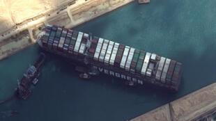 """El portacontenedores """"Ever Given"""" en el Canal de Suez el 26 de marzo de 2021"""