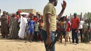 Face à face entre manifestants et la police qui a éparpillé la foule en utilisant des gaz lacrymogènes, à Thiaroye, au Sénégal, ce 30 septembre 2017.
