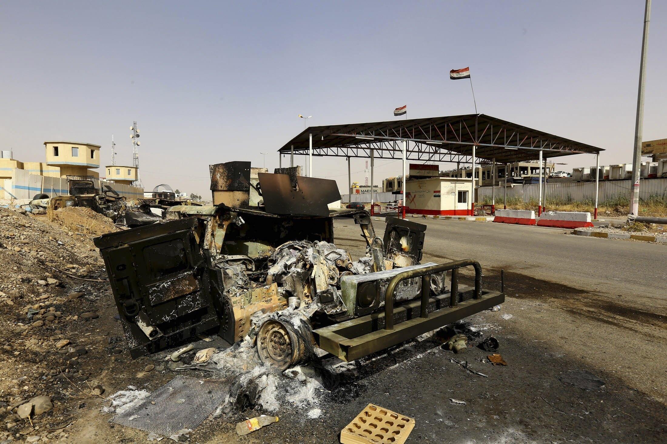 Автомобиль сил безопасности Ирака, сожженный боевиками ИГИЛ под Мосулом 11/06/2014 (архив)