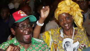 Rais wa Zimbabwe Robert Mugabe (kushoto) na mkewe Grace Mugabe (kulia).